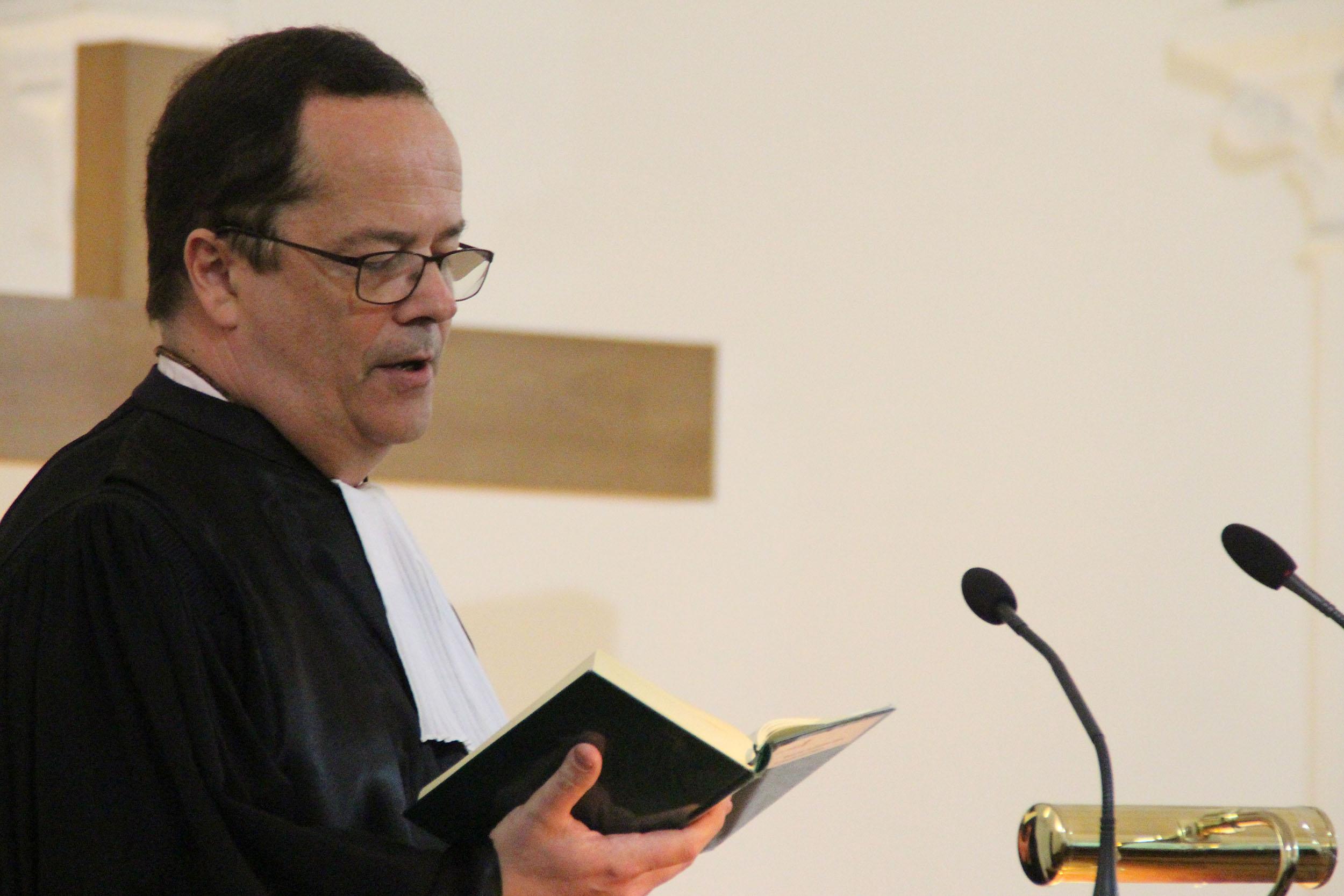 pasteur lisant l'évangile